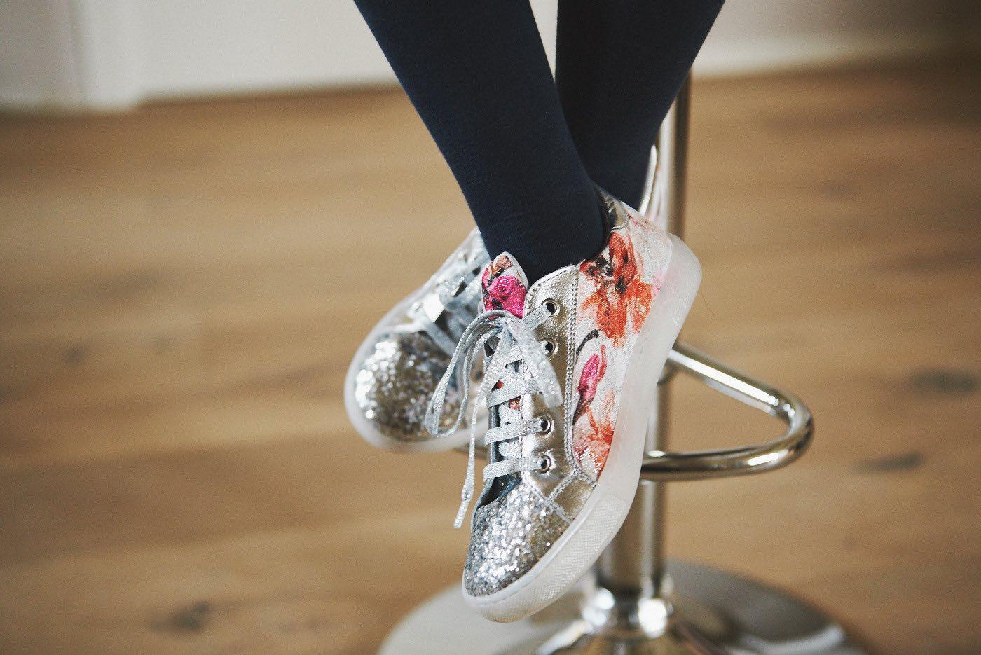 la moda bambina per la primavera e come vestire i bambini sneakers Naturino