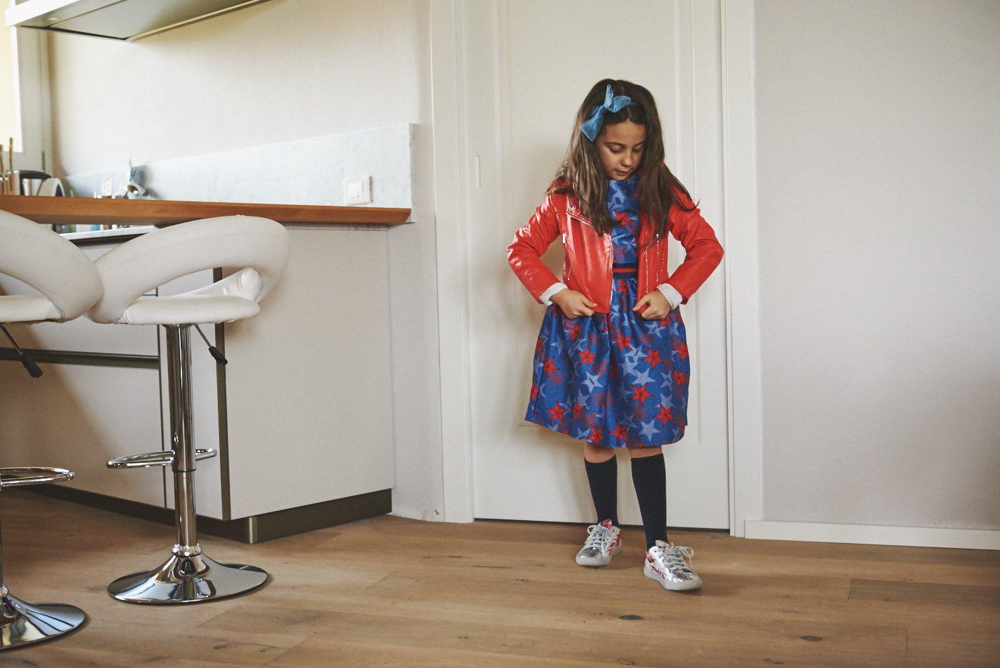 la moda bambina per la primavera e come vestire i bambini chiodo rosso