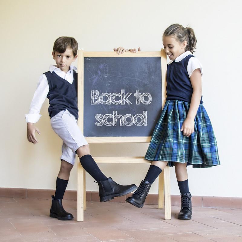 A scuola con le scarpe nere e bambini che amano lo stile